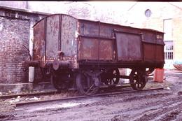 Photo Diapo Diapositive Slide Train Loco Locomotive Wagon Tombereau Avec Porte Latérale En 05/1991 VOIR ZOOM - Diapositives