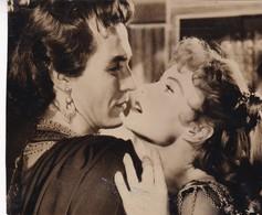 "RHONDA FLEMING AND RICARDO MONTALBAN IN ""CORTIGIANA DI BABILONIA"", 1954 FILM. PHOTO-LILHU - Personalidades Famosas"