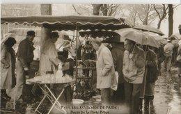 """PARIS (75). Les Marchés De Paris. Puces De La Porte Diderot. """"Puces De Vanves"""". Badauds Sous La Pluie, Etalage De Verres - Petits Métiers à Paris"""
