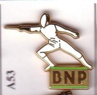 A53 Pin's Banque Bank BNP ESCRIME Pin's Zamac Qualité Arthus, Signé DECAT Achat Immédiat - Scherma