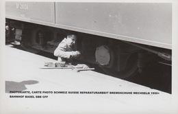 PHOTOKARTE, CARTE PHOTO SCHWEIZ SUISSE REPARATURARBEIT BREMSSCHUHE WECHSELN 1950+ BAHNHOF BASEL SBB CFF - BS Basel-Stadt