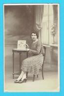 Carte Photo Jeune Femme Avec Album De Carte Postale , Photo En Studio Blat PONTIVY - Pontivy