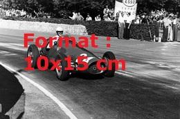 Reproduction D'unePhotographie Ancienne Du Pilote Nino Farina Dans Une Ferrari 500 Au Grand Prix De Suisse En 1953 - Reproductions