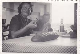 PHOTO ORIGINALE 39 / 45 WW2 WEHRMACHT FRANCE LOIRE ATLANTIQUE SOLDAT ALLEMAND AVEC UNE FEMME A LA CUISINE LA BAULE - Krieg, Militär