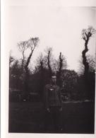 PHOTO ORIGINALE 39 / 45 WW2 WEHRMACHT FRANCE CHERBOURG SOLDAT ALLEMAND AU PARC - Guerre, Militaire