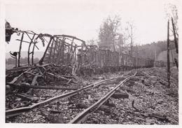 PHOTO ORIGINALE 39 / 45 WW2 WEHRMACHT FRANCE MONTCORNET UN CONVOI BRULE SUR LA VOIE FERRÉE - War, Military