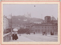 LYON NOTRE DAME DE FOURVIERES PETIT PHOTO CARTONNEE EPAIS DIMENS 7 CM X 9.5 CM FEMMES AVEC OMBRELLE ANNEE 1900 - Frankrijk