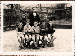 Grande Photo Originale Groupe D'écolier & Curé Pour Photo De Classe Vers 1955 Du Côté De Mazamet - Anonymous Persons