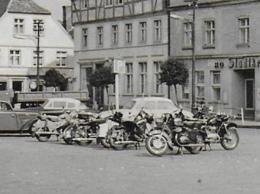AK 0412  Ueckermünde - Karl-Marx-Platz ( Motorräder , Autos ) / Ostalgie , DDR Um 1966 - Motorräder