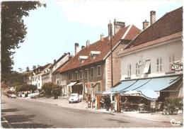 Dépt 25 - L'ISLE-SUR-LE-DOUBS - Rue Maréchal De Lattre-de-Tassigny - (CPSM 10,4 X 15 Cm) - CIM - Automobile PEUGEOT 203 - Isle Sur Le Doubs