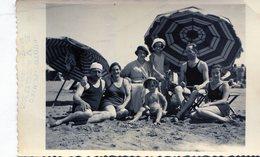 PHOTO ORIGINAL FAMILY GROUP WOMEN GIRLS KID BEACH CIRCA 1940 SIZE 9x14CM - NTVG. - Persone Anonimi