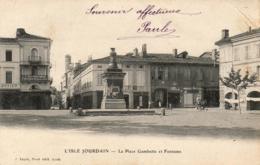 D32  L'ISLE JOURDAIN  La Place Gambetta Et Fontaine - Autres Communes