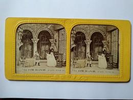 """PHOTO STÉRÉO TISSU  SECOND EMPIRE - Théâtre - """" La Dame Blanche"""" - Ed. B.K. Paris. TBE - Photos Stéréoscopiques"""