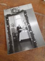 MANN IN DEUTSCHLAND DAZUMAL - JUBILAR MIT LEKTUERE - FESTE - ARBEIT - 40 JAHRE FRISCH UND FROH ... - 40/50er - Anonyme Personen
