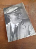 MANN IN DEUTSCHLAND DAZUMAL - LACHENDER HERR MIT SCHIRMMUETZE - 20/30er - HERRENMODE - Anonyme Personen