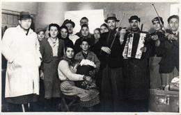 Carte Photo Originale Groupe De Manouches, Tziganes Musiciens Entre Violons & Accordéons Vers 1930/40 - Anonieme Personen