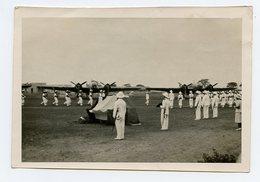 PHOTO OBSEQUES DU CV DAILLIERE LE 24/10/1942 à DAKAR DEFILE DE LA Cie DU LV CHOUILLET HENRI - 2 MARTIN 167 F EN AR PLAN. - Guerre, Militaire