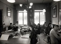 Grande Photo Originale Bureaucrates & Secrétaires Allemandes & Coiffures Banane 1942 - Téléphone, Dossiers, écriture - Professions