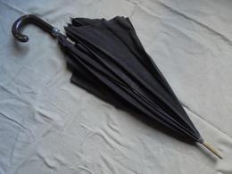 Ancien - Grande Ombrelle Noire Tige Et Poignée En Bois - Ombrelles, Parapluies