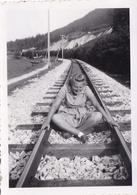 PHOTO ORIGINALE 39 / 45 WW2 WEHRMACHT ALLEMAGNE KRIMMEL 1942 JEUNE FEMME DU B.D.M SUR LA VOIE FERRÉE - Guerra, Militares