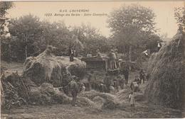 CPA  63  L AUVERGNE BATTAGE DES GERBES  MOISSONNEUSE BATTEUSE - Auvergne Types D'Auvergne