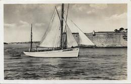 PORT LOUIS Bateau Thonier Prenant Le Large - Port Louis