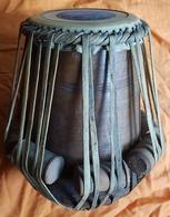 INSTRUMENT DE MUSIQUE - PERCUSSION - INDE - TABLA ANCIEN - DAYAN - BOIS EXOTIQUE ET PEAU - TRADITION - HAUTEUR : 28 Cm - Instrumentos De Música