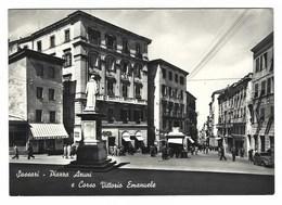 2619 - SASSARI PIAZZA AZUNI E CORSO VITTORIO EMANUELE ANIMATA 1960 - Sassari