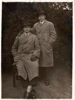Tirage Photo Albuminé Original Portrait D'un Duo Masculin, Chapeaux Fedora & Imperméable De Laine 1930's - Anonieme Personen