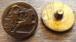 2 BOUTONS ANCIENS PLASTIQUE DOREES CHAR ROMAIN   3 - Boutons
