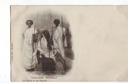 47 RF  Village Somalie Le Chef Et Sa Garde TBE Précurseur - Somalie