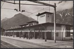 FLUELEN INNERER BAHNHOF UM 1947 / 4 SOLDATEN AUF DEM BAHNSTEIG - UR Uri
