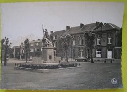 Chatelet. Place J. Guioz Et Monument Aux Morts Des Deux Guerres - Châtelet