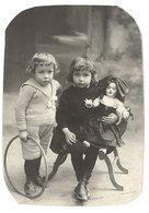 Photo Jeunes Enfants & Poupée Costumée En Alsacienne ( P. Valk Photo ) - Personnes Anonymes