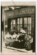 CARTE PHOTO Ancienne A Identifiée . CPA. Devanture Commerce Café BLANCHARD . Personnages Qui Posent Pour La Photo . - Fotografie