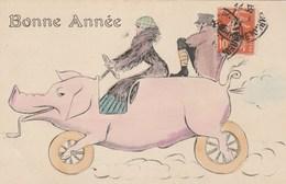 CPA Animal Humanisé Position Humaine Cochon Porc Pig Véhicule Locomotion Bonne Année Illustrateur Anonyme (2 Scans) - Cerdos