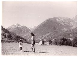 COL DU GLANDON   1951  -FEMME ET ENFANT DANS LE PRE  DERRIERE UN VILLAGE - Orte
