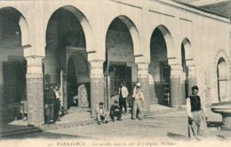 MAROC  MARRAKECH   Les Arcades Dans La Cour De L' Hôpital Militaire  ..... - Marrakech