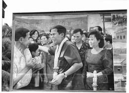 Photo Cambodge Affiche à La Gloire De L'homme Fort Du Régime Hun Sen à L'entrée D'une école Photo Vivant Univers - Orte