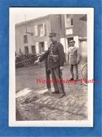 Photo Ancienne Snapshot - Nord De La France Village / Douane à Situer - Portrait D'un Douanier - Uniforme Pistolet Arme - Guerre, Militaire