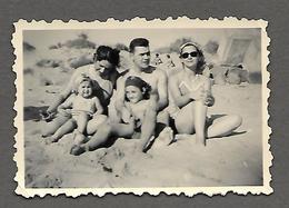Photo Originale -1952 - Homme, Femme,enfants En Maillot De Bain à Agde - Personas Anónimos