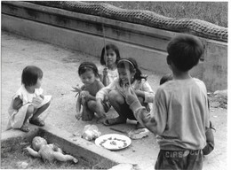 Photo Cambodge Pnom Penh Jeux D'enfants Simulant Des Enterrements, Suites De La Tragédie Du Pays Photo Vivant Univers - Orte