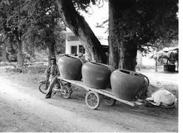Photo Cambodge Transport D'eau Dans Les Grandes Jarres En Céramique Pour Les Quartiers Sans Eau Photo Vivant Univers - Places