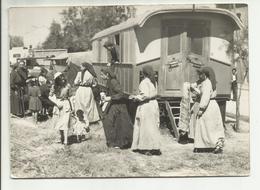 13 . LES SAINTES MARIES DE LA MER . BELLES FEMMES ET BELLE ROULOTTE D UN CAMP DES GENS DU VOYAGES .  PHOTO GEORGE ARLES - Saintes Maries De La Mer