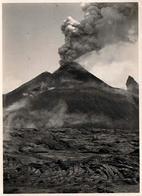 Photo Originale Jaillissement Des Matières Volcaniques & Volcan En éruption En 1933 - Népal ? - Plaatsen