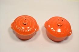 Service De Table Orange, Sel / Poivre En Forme De Cocotte En Fonte, LE CREUSET - Autres Collections