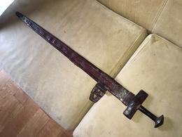 GRANDE EPEE D'AFRIQUE DU NORD DITE « TAKOUBA » AVEC SON FOURREAU EN CUIR. BON ETAT GENERAL. - Knives/Swords