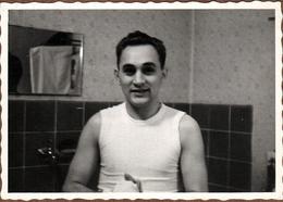 Photo Originale Portrait De Charmant Jeune Homme En Tee-Shirt Marcel à L'Heure De La Toilette Vers 1950/60 - Anonyme Personen