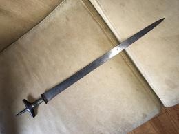 ANCIENNE EPEE TOUAGEG. POIGNEE EN BOIS A DECORATION DE LAITON. PAS DE JEU DANS LE MONTAGE. SANS FOURREAU - Knives/Swords