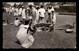 NIGER - SAHARA - ZINDER - MARCHAND DE BROCHETTES - VOIR ETAT - Niger